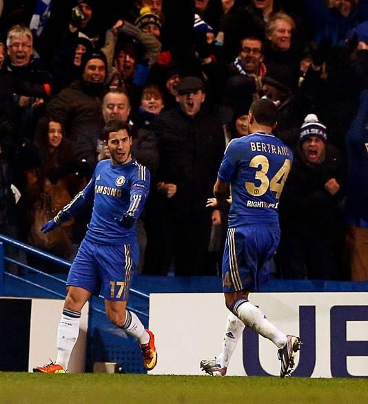 Ryan Betrand (r) viert een Chelsea-treffer met doelpuntenmaker Eden Hazard.