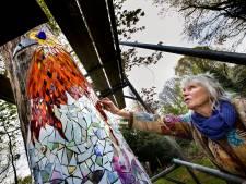 Dode eik in museumtuin wordt spiegeltjes-kunstwerk