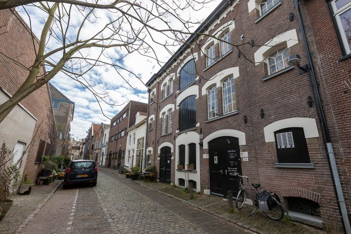 Zutphen gaat vijftien overbodige panden verkopen en verwacht daarmee bijna 6 miljoen euro binnen te harken. Ook het pand aan de Kolenstraat 27 in het centrum gaat in de verkoop. Dit gemeentelijk monument staat deels leeg. In een gedeelte zitten kunstenaars met hun ateliers.