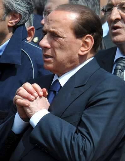 Berlusconi laat zich graag fotograferen in het getroffen gebied.