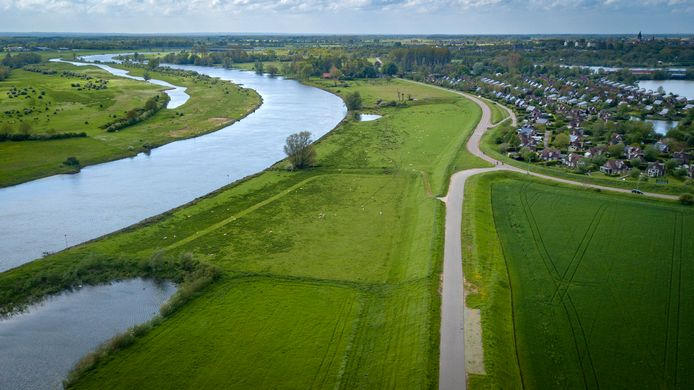 De IJsseldijk nabij vakantiepark Vesting De Bronsbergen wordt versterkt.