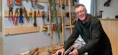 Henk (71) maakt wandelstokken van takken uit het bos: 'Het is een hele verzameling geworden'