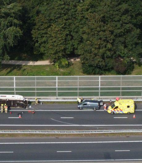 File op A15 door ongeluk met camper, diesel lekt uit de wagen op de weg