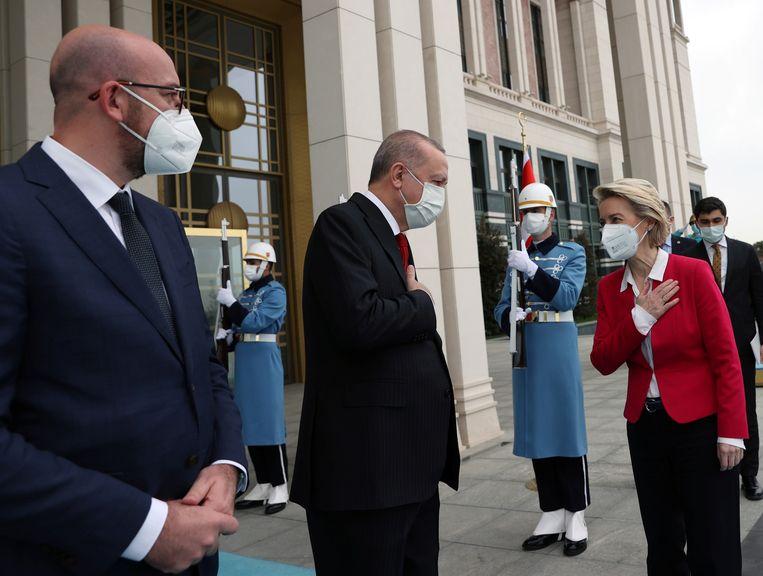 De Turkse president Tayyip Erdogan bij de ontmoeting met Ursula von der Leyen en Charles Michel die zou leiden tot 'sofagate'.  Beeld via Reuters