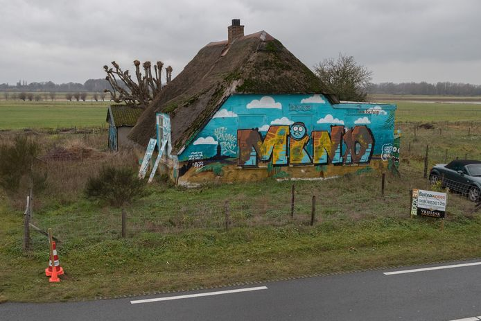 Te koop bij inschrijving en een goed plan, het bontgeschilderde boerderijtje aan de IJsseldijk tussen Deventer en Olst.