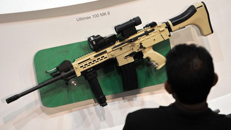 Een bezoeker van een beurs bekijkt een Ultimax 100 MK8, een wapen van Singaporese makelij. Beeld AFP