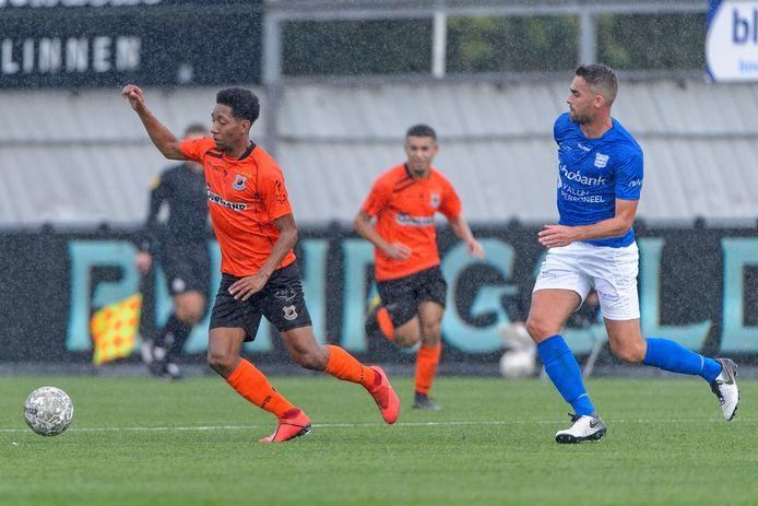 Steven Sanchez Angulo (l) in actie voor Katwijk tegen GVVV, in september 2019.