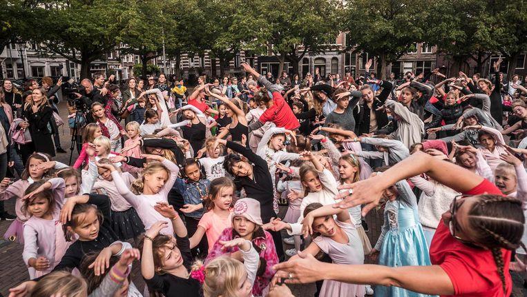 Leerlingen, ouders en docenten van de Toverfluit woensdag op het Amstelveld. Beeld Joris van Gennip