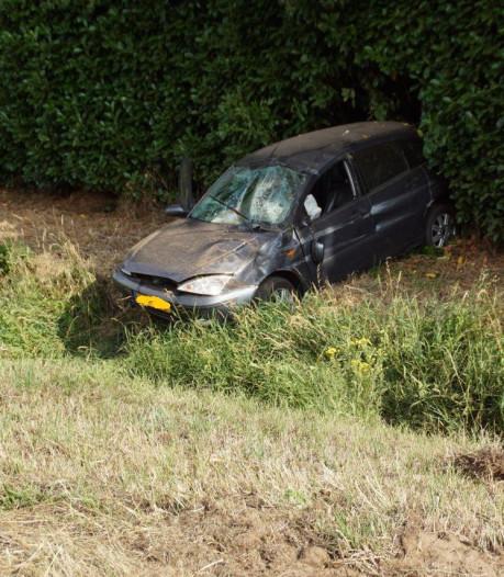 Twee personen gewond nadat auto over de kop slaat op A18 bij Gaanderen