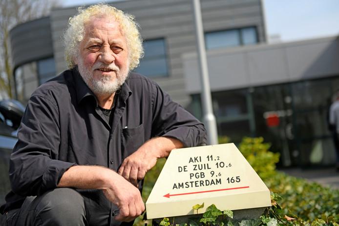 Adri Oude Vrielink. Het opschrijft op de ANWB-paddestoel verwijst naar de bureaus waar hij werkte voor hij in 1973 voor zichzelf begon.