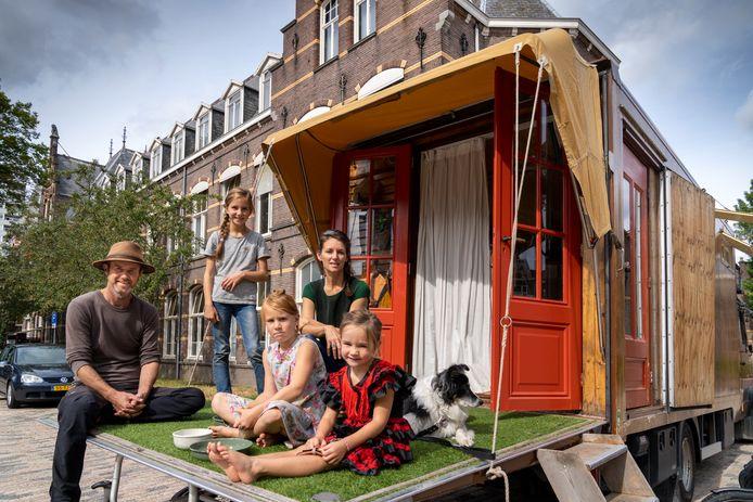 Daan Zuijderwijk en Maaike Vergouwe staan met hun kampeerbus op het voormalige GZG-terrein. Van links naar rechts: Daan Zuijderwijk, Fenna,  Alba, Maaike Vergouwe, Isolde en hond Nan.