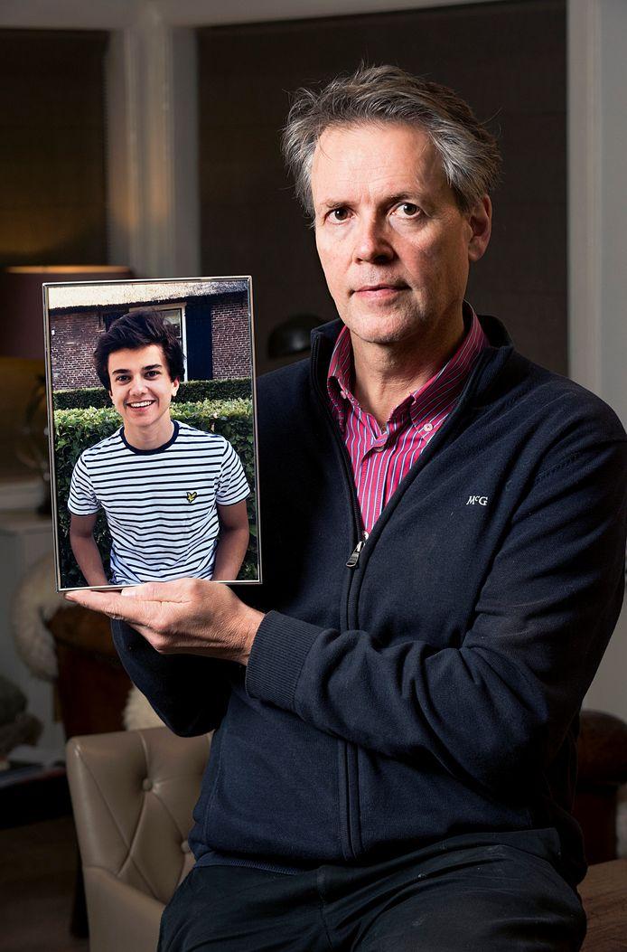 De Hilversummer Bert Gravendeel met foto van zijn 17-jarige zoon Maurits die afgelopen zomer overleed aan meningokokken type W.