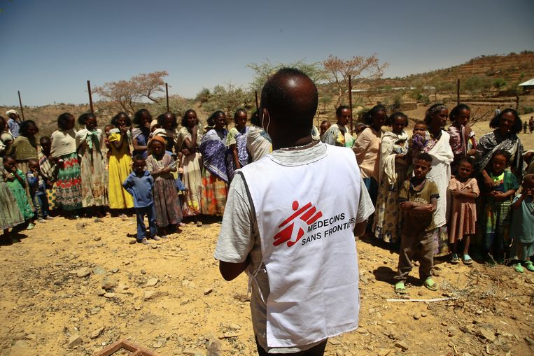 Tedros, die is vermoord in Tigray, werkte als  tolk. Hier gaf hij instructies aan vrouwen en kinderen die in de rij staan voor een medisch consult bij een mobiele kliniek van Artsen zonder Grenzen in een dorpje in het noorden van Tigray. Beeld Igor Barbero/MSF