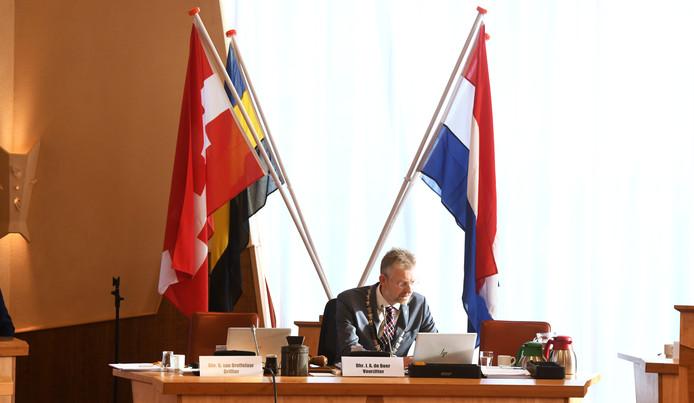 Burgemeester de Boer verdedigt eenzaam de Burense begroting van 2020.
