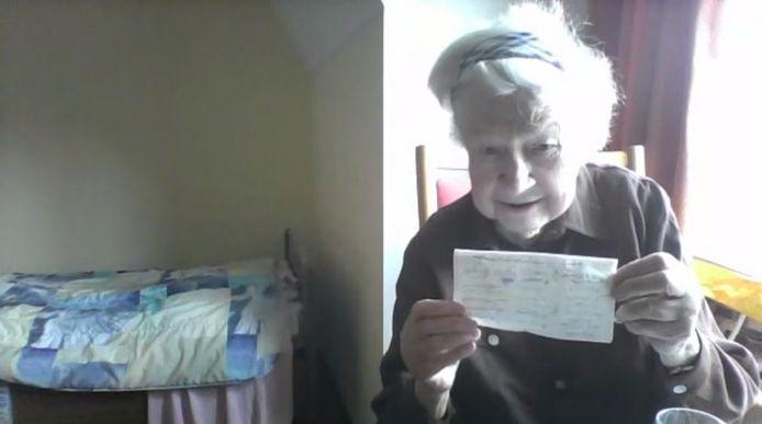 Riet Giesen laat het papiertje zien waar ze haar quarantainedagen op afkruist.