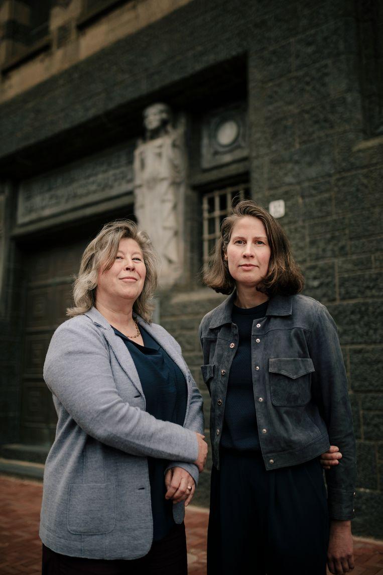 Inez Weyermans (links) en Trudie de Vries, de samenstellers van de expositie in De Bazel. 'We hopen dat deze kleurrijke etalage mensen zal intrigeren en naar binnen zal lokken.' Beeld Marc Driessen