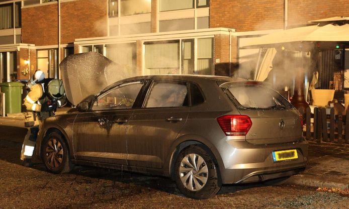 Bij aankomst van de brandweer stond de auto volledig in brand.