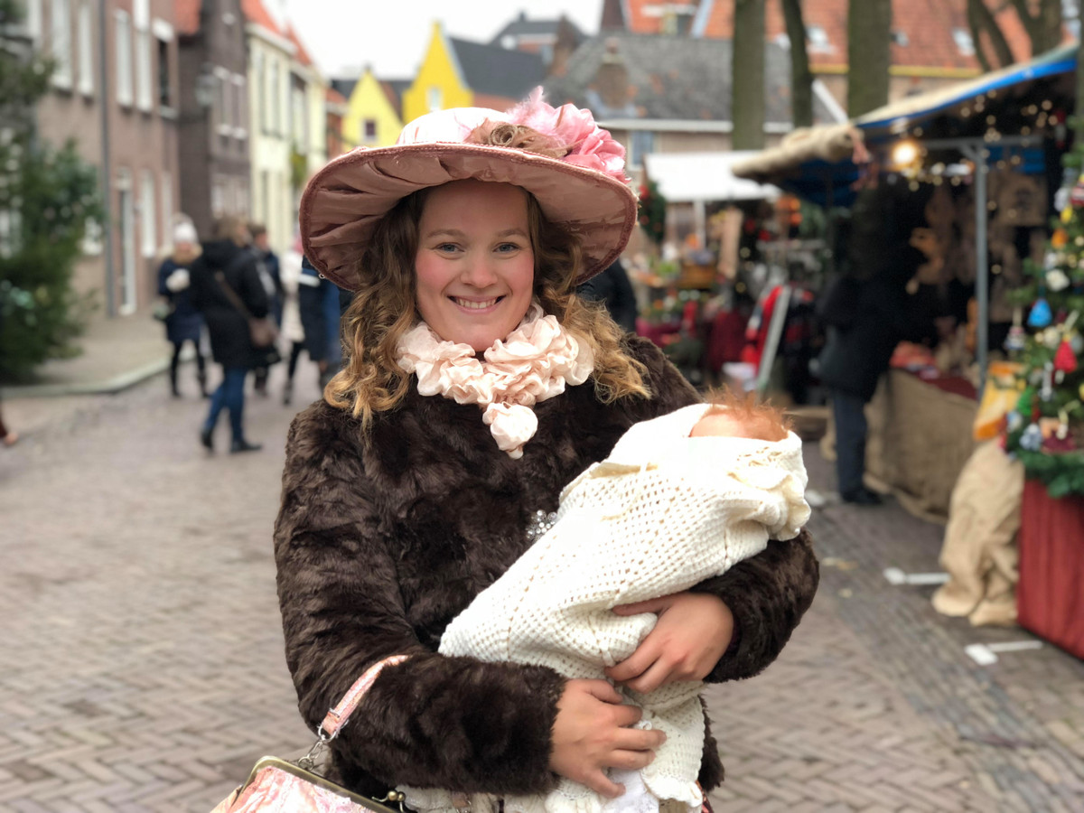 Jessy Faas figureert als nette dame op het Dickens Festijn.