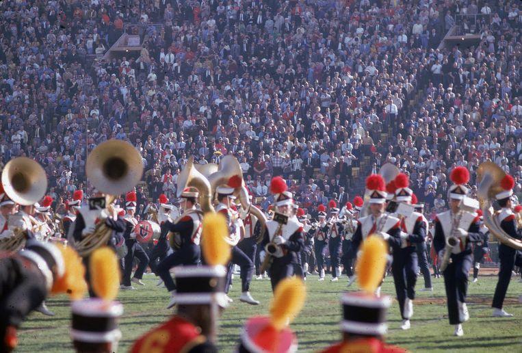 In de halftime shows speelden aanvankelijk traditionele marchingbands, zoals hier in 1967 in Los Angeles. Beeld Getty