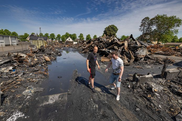 Remon Wierdsma (l) en Rick Kol van Rhodos Wellness op het terrein daags na de grote brand.