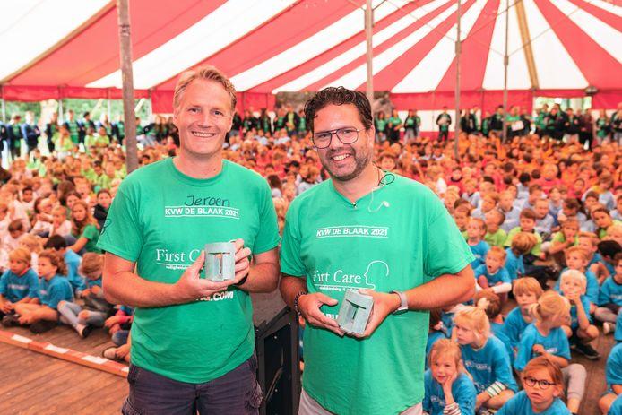 Jeroen Elias (48, links) en Loet Smits (44) ontvingen bij de start van de kindervakantieweek in De Blaak de Tilburg Trofee voor dertig jaar inzet als vrijwilliger.