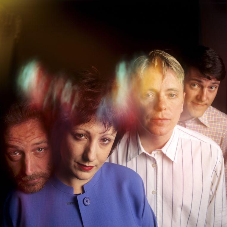 Bassist Peter Hook, toetsenist Gillian Gilbert, leadzanger/gitarist Bernard Sumner en drummer Stephen Morris poseren voor een portretfoto. Beeld Bob Berg/Getty Images
