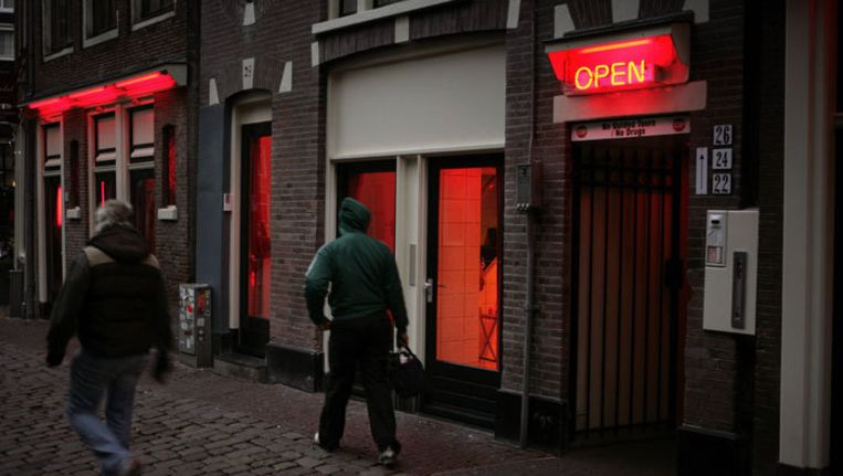 De nederlaag van de gemeente tegen Venekamp is een gevoelige omdat zij de laatste ondernemer is die nog prostitutiepanden exploiteert op het Oudekerksplein. Foto Elmer van der Marel Beeld