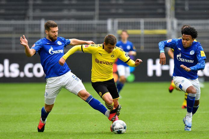 Een beeld dat we morgen misschien niet te zien krijgen: Thorgan Hazard die zich een weg baant tussen twee Schalke-spelers.