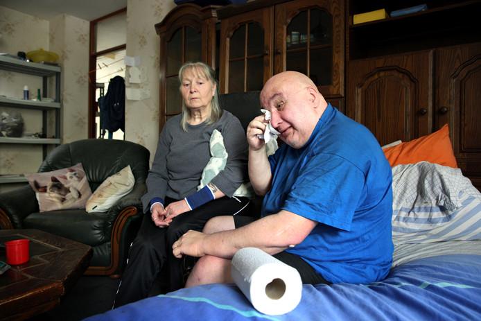 Henk Woldendorp en zijn vrouw Lies in hun woning aan de Tweebosstraat. 'Ik voel me belazerd.'