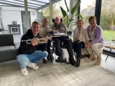 Hartverwarmend! Trompettist Jeffrey (19) verrast verlamde Bart (88) in Zwolle: 'Kippenvel'