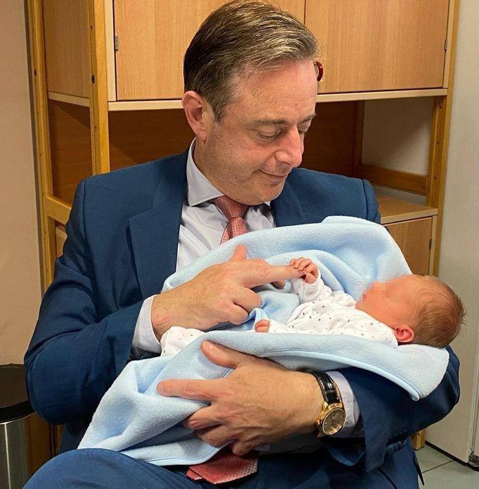 Burgemeester Bart De Wever met baby Finn, het kindje dat enkele weken geleden gevonden werd in de Antwerpse vondelingenschuif.