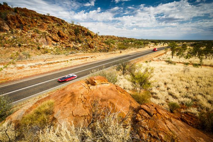 De zonneauto van Solar Team Twente onderweg in de outback van Australië - Foto: Jérôme Wassenaar