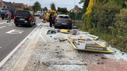 Man rijdt bushokje aan diggelen langs Gistelsteenweg: niemand raakt gewond