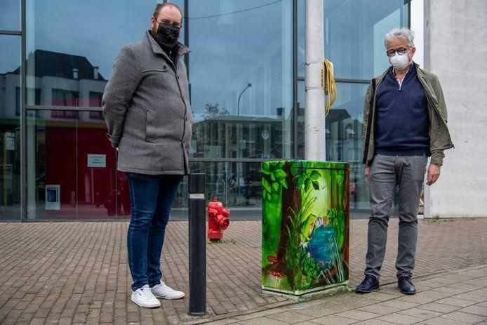Schepenen Thomas Bauwens en Jos Withofs bij één van de gekleurde elektriciteitskasten.