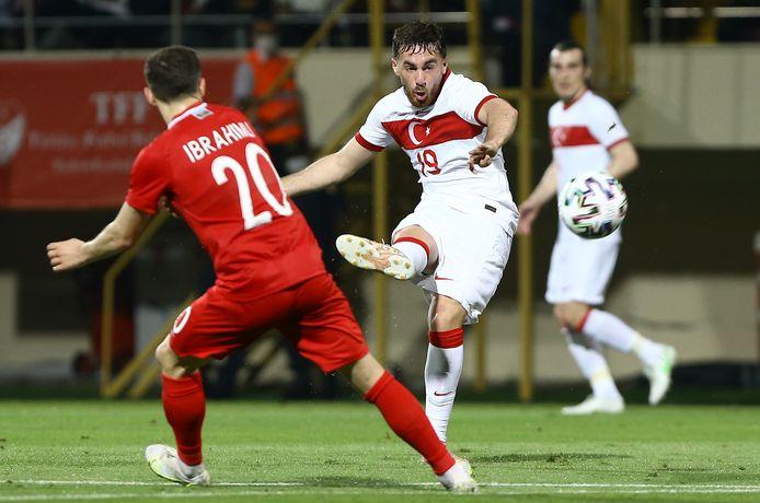 Feyenoorder Orkun Kökçü in actie voor Turkije.