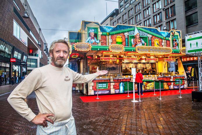 Archiefbeeld: Jan Vermolen en zijn oliebollenkraam op de hoek Grote Marktstraat en het Spui in 2020.