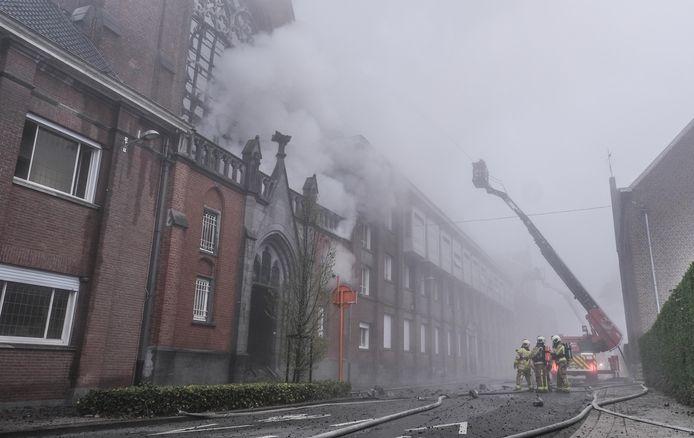 De kapel van het klooster van de Zusters van Liefde in Heule ging helemaal in vlammen op.
