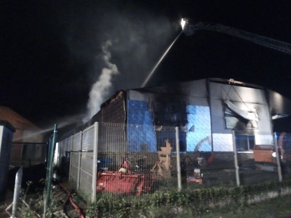 De brandweer was urenlang in de weer met blussen. Het bedrijf is volledig vernield.