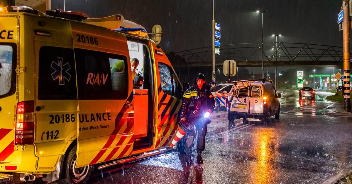Botsing tussen speciaal transport en personenauto op kruispunt in Tilburg.