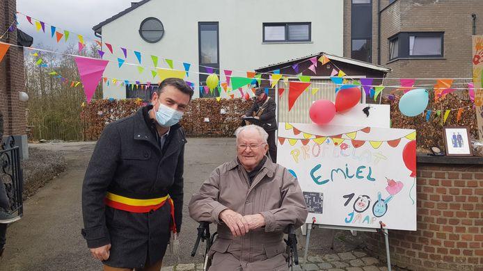 Emiel viert zijn 100ste verjaardag en burgemeester Johan Vanhulst kwam hem feliciteren.