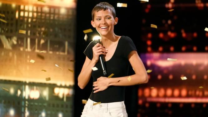 """Kankerpatiënte krijgt staande ovatie én golden buzzer in 'America's Got Talent': """"2% overlevingskans. Maar dat is beter dan 0%"""""""