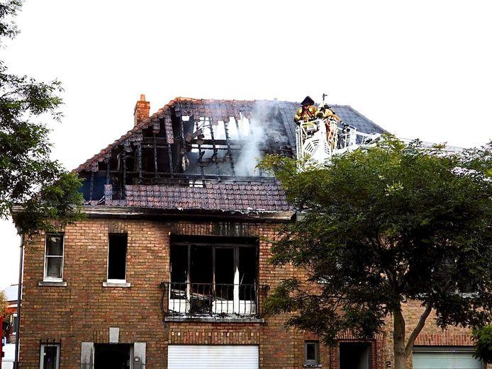 Bij daglicht wordt de schade aan de woning duidelijk. Het huis is volledig verwoest.