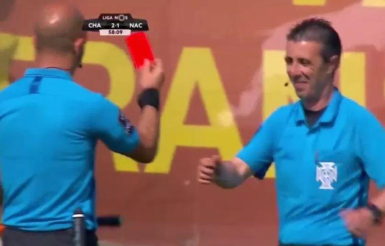 Ref Luis Godinho toont zijn assistent Jorge Cruz op ludieke wijze een rode kaart.
