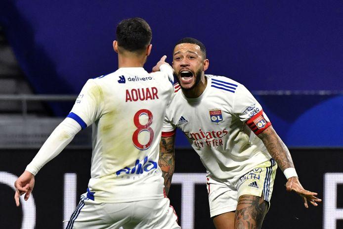 Memphis Depay viert met Houssem Aouar de voorsprong van Lyon.