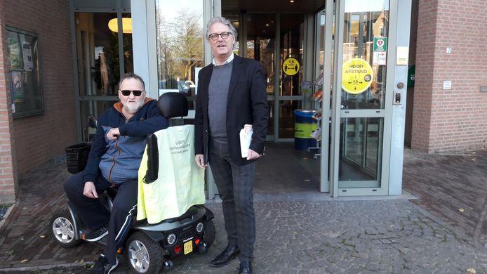 Oud-kastelein Christ van Delft, en VVD'er Ton van de Ven treffen elkaar voor het gemeentekantoor van Haaren, waar zij beiden hun stem gingen uitbrengen.