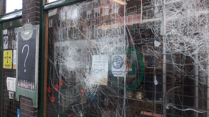 Whiskyslijterij De Koning op het Hinthamereinde is een van de eerste winkels die er maandagavond aan moest geloven.