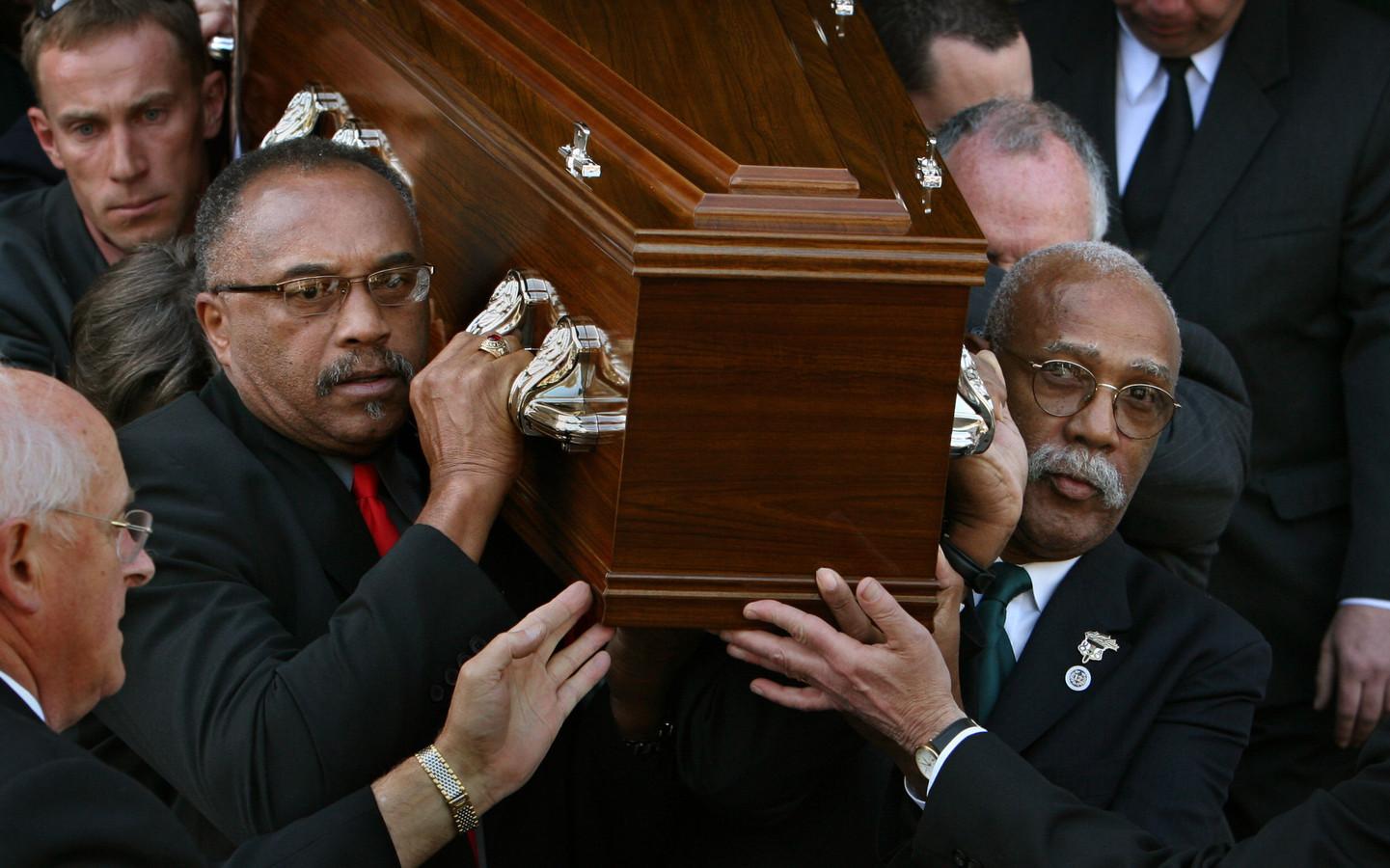 Tommie Smith en John Carlos dragen de kist van Peter Norman in oktober 2006.