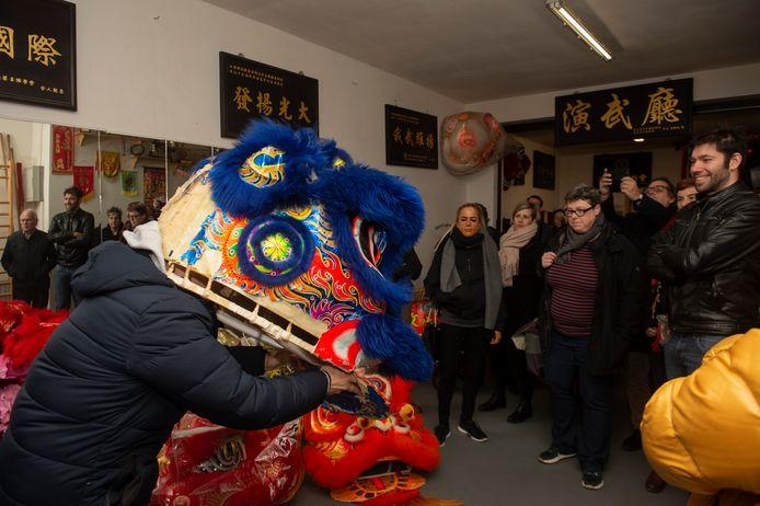 Joe geeft een demonstratie leeuwendans.