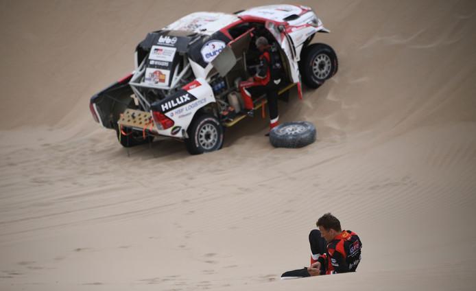 Bernhard ten Brinke (voorgrond) strandt in de achtste etappe van de Dakar Rally 2019.