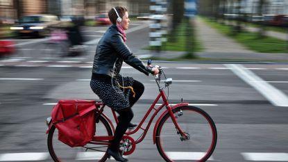 HET DEBAT: moet fietsen met oortjes of koptelefoon verboden worden?